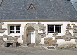 Renovated slate-roofed cottage near Goulien